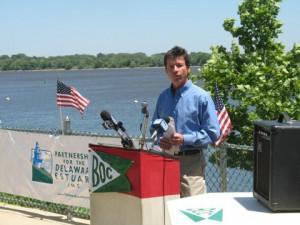 Jerry Kauffman speaks along the Delaware River Jun 2011.JPG