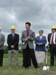 Jerry Kauffman speaks at groundbreaking Newark Reserrvoir May 14, 2002.JPG